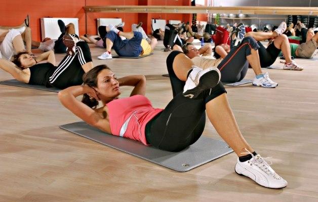 групповое занятие в фитнес-клубе